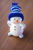 Милый снеговик на деревянном столе Стоковые Фото