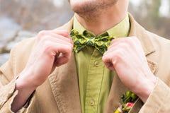 Милый стильный groom в бежевом костюме, зеленом галстуке и зеленой рубашке стоковые фото