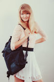 Милый студент девушки женщины с рюкзаком стоковое фото rf