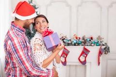 Милый супруг и жена празднуют рождество Стоковое фото RF