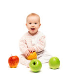 Милый счастливый младенец с яблоками плодоовощ   Стоковая Фотография