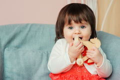 Милый счастливый 1-ти летний ребёнок играя с деревянными игрушками дома Стоковое фото RF