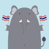 Милый тучный большой слон держа тайский флаг Стоковые Изображения