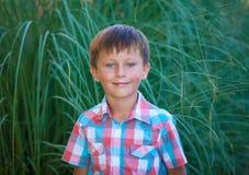 Милый усмехаться мальчика стоковые фотографии rf