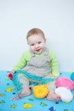 Милый усмехаясь младенец играя с вязать Стоковые Фотографии RF