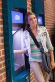 Милый усмехаясь студент разделяя наличные деньги усмехаясь на камере Стоковые Фото