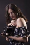 Милый фотограф женщины с ретро камерой Стоковые Изображения