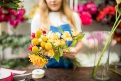 Милый флорист держа букет цветка Стоковое фото RF