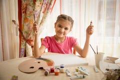 Милый чертеж девушки в живущей комнате на таблице Стоковое фото RF
