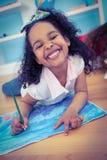 Милый чертеж девушки и усмехаться на камере Стоковое фото RF