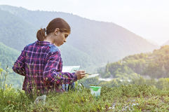 Милый чертеж девушки подростка с paintbrush в красивом месте Стоковое Изображение RF