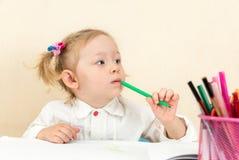 Милый чертеж девушки ребенка в preschool на таблице в детском саде Стоковая Фотография RF