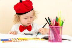Милый чертеж девушки ребенка с красочными карандашами в preschool в детском саде Стоковые Изображения RF
