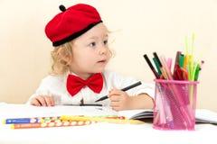 Милый чертеж девушки ребенка с красочными карандашами в preschool в детском саде Стоковое Фото
