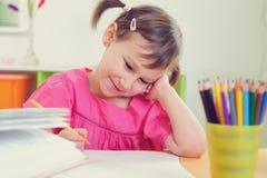 Милый чертеж маленькой девочки с красочными карандашами стоковое изображение rf