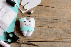Милый шаблон бумаги подушки феи зуба войлока, часть в форме зуба, ножницы войлока, поток на винтажном деревянном столе с космосом Стоковые Фотографии RF