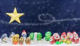 Милый шарж Санта Клаус, олени, человек снега, pengiuns и дерево Стоковое Фото
