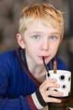 Милый школьник выпивает milkshake Стоковое Изображение RF