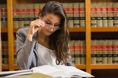 Милый юрист в библиотеке закона стоковое изображение