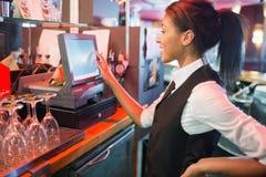 Милый barmaid используя сенсорный экран пашет Стоковая Фотография RF