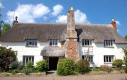 Милый thatched коттедж в Otterton, Девоне, Великобритании Стоковые Фото