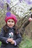 Милым яичко девушки покрашенное удерживанием внешнее Стоковое фото RF