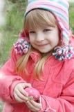 Милым яичко девушки покрашенное удерживанием Стоковая Фотография RF