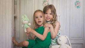 2 милых белокурых девушки обнимая один другого сток-видео