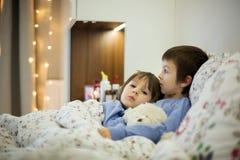 2 милых больных дет, мальчики, оставаясь в кровати с лихорадкой Стоковые Фото