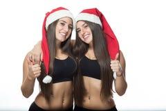 2 милых близнеца сестер, большие пальцы руки вверх Стоковое Изображение RF
