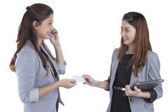 2 милых визитной карточки обменивая коммерсанток Стоковые Фотографии RF