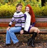 2 милых девушки в парке осени Стоковое Изображение RF
