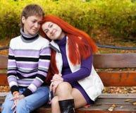 2 милых девушки в парке осени Стоковые Изображения RF