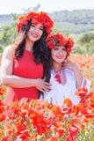 2 милых девушки в поле мака цветут Стоковые Фото