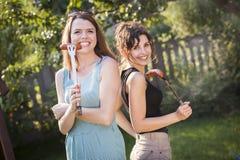 2 милых девушки делая еду Стоковые Фотографии RF