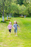 2 милых девушки играя в равенстве Стоковая Фотография