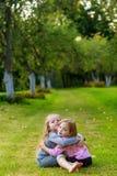 2 милых девушки играя в равенстве Стоковые Фото