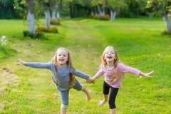 2 милых девушки играя в равенстве Стоковая Фотография RF