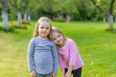 2 милых девушки играя в равенстве Стоковое Фото
