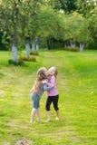 2 милых девушки играя в равенстве Стоковое Изображение