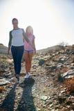 2 милых девушки идя вниз с холма Стоковые Изображения RF