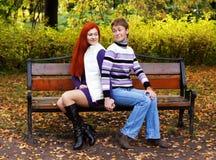 2 милых девушки идя в парк осени Стоковые Фотографии RF
