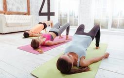 3 милых девушки наслаждаясь тренировкой группы Стоковая Фотография RF