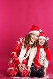 2 милых девушки носят одежды зимы внутри Стоковое Фото
