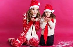 2 милых девушки носят стиль рождества Стоковое Фото