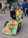 2 милых девушки продавая освежения Стоковое Изображение RF