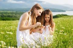 2 милых девушки друзей на луге стоцветов Стоковые Изображения