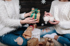 2 милых девушки с подарками для рождества Стоковое фото RF