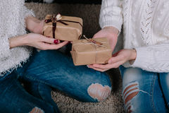 2 милых девушки с подарками для рождества Стоковое Изображение