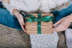 2 милых девушки с подарками для рождества Стоковые Фотографии RF